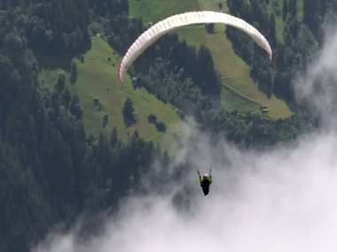 Paraglider fly out of picture 01 10329 — Stock Video