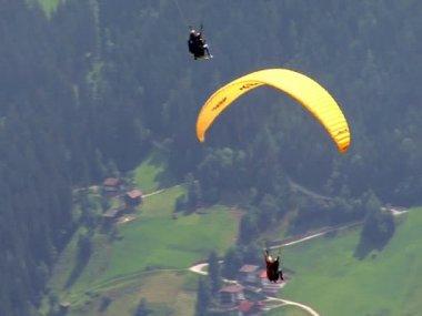 Parachute - 2 paraglider over austrian zillertal 02 10353 — Stock Video