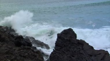 Big wave crushing lava coast slow motion 10460 — Stock Video