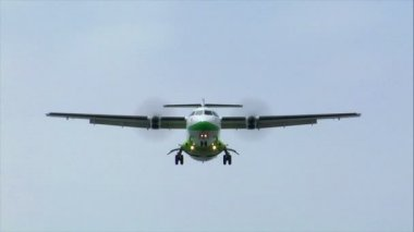 Green white turbo prop plane fly over 10472 — Stock Video