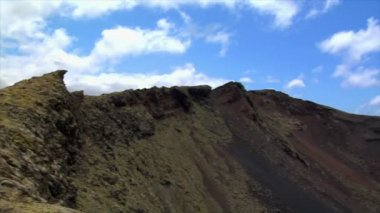 Pan over vulcan area crater edge on Lanzarote 10474 — Stock Video