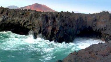 Los hervideros vulcan lava cave wave close 10495 — Stock Video