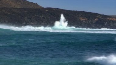 Huge cyan wave spray vulcan beach a 10497 — Stock Video