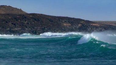Huge cyan wave spray rainbow vulcan beach 10498 — Stock Video