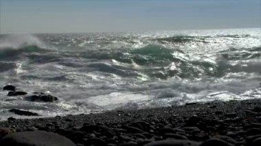 Turbulent waves splashing low angle audio 10536 — Stock Video