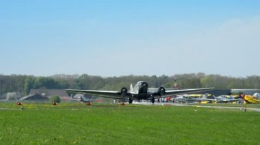 Historic airplane Junkers JU 52 roll on taxiway 10909 — Stock Video