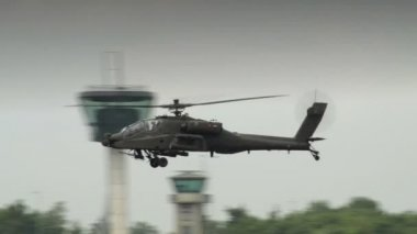 Apache AH-64 Helicopter on patrol 10943 — Stock Video