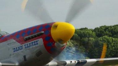 Démarrage des moteurs de p-51 mustang 10976 — Vidéo