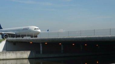 Delta samolotem na most drogi kołowania 11021 — Wideo stockowe
