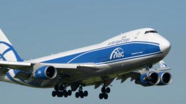 Powietrze most boeing 747 samolot lądowania blisko 11027 — Wideo stockowe