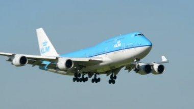 Big KLM Boeing 747 Jumbo airplane landing 11034 — Stock Video