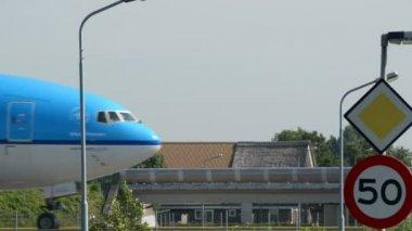 Samolotem klm na drogi kołowania ze znakiem prędkości 11036 — Wideo stockowe