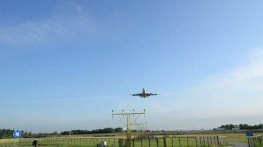 Jumbo airplane landing wide 11042 — Stock Video
