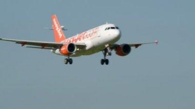 11049 lądowania samolotów easyjet — Wideo stockowe