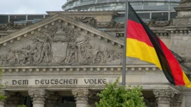Waving german flag in front of the bundestag close — Stock Video