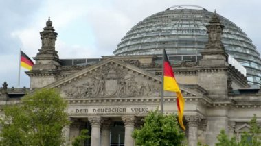 Waving german flags in front of the bundestag wide — Stock Video