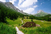 Beautiful Montain Landscape with ruins near the trail — Stock Photo