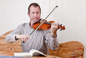 Man playing the violin — Stock Photo