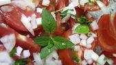 Rajčatový salát s bazalkou, čerstvé a zdravé — Stock fotografie