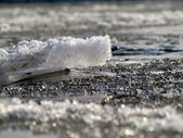 River with broken ice during sunny day in the blurry background — Stock Photo
