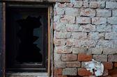 グランジ レンガ壁に壊れた窓rozbité okno na grunge cihlová zeď — ストック写真