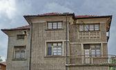 Alte traditionelle Häuser in Batak Stadt, Bulgarien — Stockfoto
