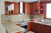 Nowoczesna kuchnia z wiśniowego drewna — Zdjęcie stockowe