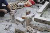 En workman återställa trottoaren och staket — Stockfoto