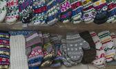 Traditionelle bulgarische colorfull wolle handschuhe und strümpfe — Stockfoto