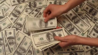 Hand counting money to a us banknote — Stock Video