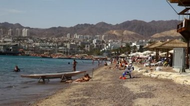 Skyline of Eilat: coastline, beach, hotels, promenade, mountains and bay — Stock Video
