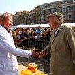 Hand clapping bidding on cheese at Alkmaar Dutch Cheese Market — Stock Video