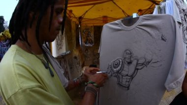 Malerei auf t-Shirt mit airbrush — Stockvideo