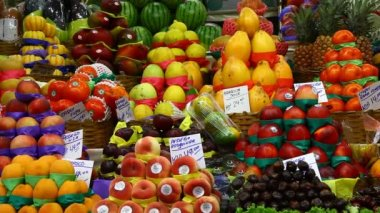 Choice of fresh tropical fruits offered in the market — Stock Video