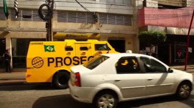 Bullet proof secured armored truck vehicle transfer cash — Vídeo de stock