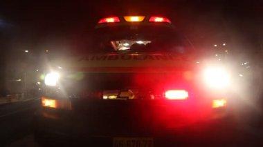 Knipperende ambulance of de politie noodgevallen lichten — Stockvideo