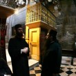Church of the Holy Sepulchre: Priests talking — Stock Video