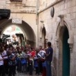 Christian Pilgrims march and pray in Via Dolorosa - 图库照片