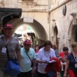 Christian Pilgrims march and pray in Via Dolorosa - Foto Stock