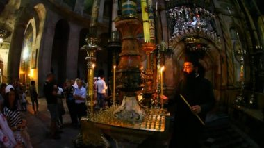 Church of the Holy Sepulchre: Priest lighting candle in front of the Edicule — Stock Video