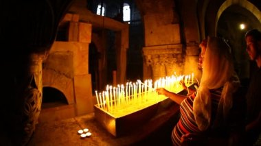 Church of the Holy Sepulchre: lighting candles — Stock Video