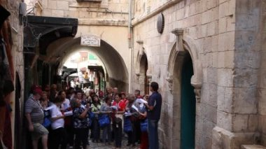 Christian Pilgrims march and pray in Via Dolorosa — Stock Video