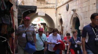 Christliche pilger marschieren und beten in der via dolorosa — Stockvideo