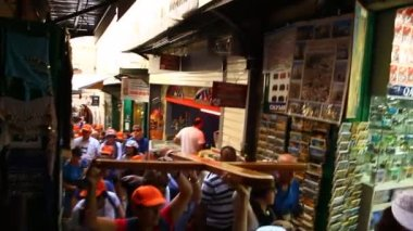 Christian Pilgrims carry the cross in Via Dolorosa — Stok video