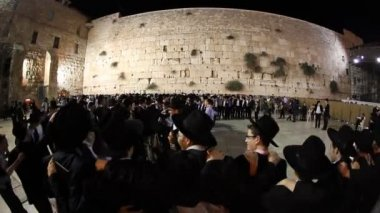 Yeshiva students dance during Slihot at the Western Wall, Jerusalem — Stock Video