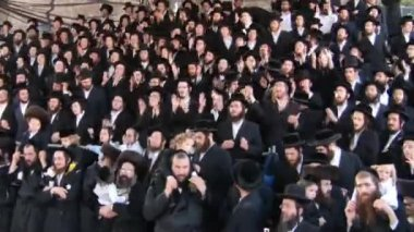 Hasidic celebration of Lag B'omer in Meron — Stock video