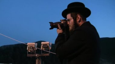 Photographer at Hasidic celebration of Lag B'omer in Meron — Стоковое видео