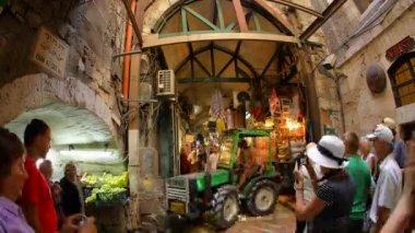 基督教朝圣者访问通过 dolorosa 市集老市耶路撒冷时间间隔 — 图库视频影像