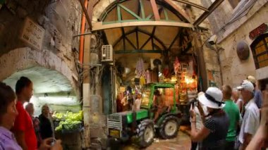 Christian pilgrims visit Via Dolorosa bazaar old city Jerusalem time lapse — ストックビデオ