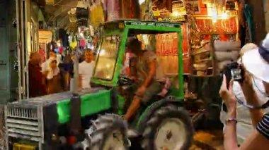 христианские паломники посещают виа долороза базара старого города иерусалима промежуток времени — Стоковое видео
